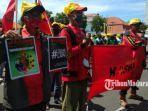 para-buruh-membentangkan-poster-penolakan-omnibus-law-ruu-cipta-kerja-dan-bendera-serikat-pekerja.jpg