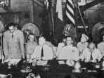 para-delegasi-dalam-rapat-pleno-pertama-di-kapal-amerika-serikat-uss-renville.jpg