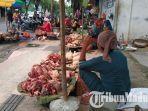 para-pedagang-daging-sapi-di-pasar-gadin-pamekasan-tampak-sepi-pembeli-minggu-3132019.jpg