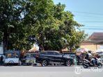 para-pedagang-yang-berjualan-di-jalan-kh-wahid-hasyim-kecamatan-sampang-kabupaten-sampang.jpg