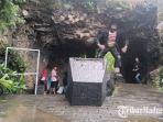 para-pengunjung-saat-berada-di-pintu-masuk-wisata-gua-lebar-di-kabupaten-sampang.jpg