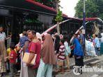 para-penumpang-saat-hendak-masuk-ke-dalam-suroboyo-bus.jpg