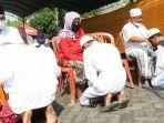 para-santri-putra-putri-asal-kabupaten-bangkalan-dalam-prosesi-sungkem.jpg