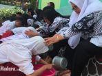 para-siswa-sdn-bendogerit-1-kota-blitar-membasuh-kaki-gurunya-di-hari-guru-nasional.jpg