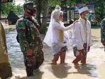 pasangan-pengantin-yang-menerjang-banjir-menuju-kua-untuk-menikah.jpg