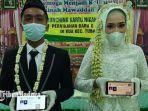pasangan-pengantin-yang-menunjukkan-kartu-nikah-digital-di-kua-tuban.jpg