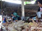 pedagang-ayam-yang-sedang-melayani-pembeli-di-pasar-anom-baru-kabupaten-sumenep.jpg