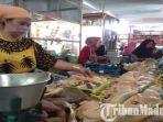 pedagang-daging-ayam-di-pasar-srimangunan-sampang-selasa-2852019.jpg