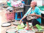 pedagang-ikan-di-pasar-kolpajung-pamekasan-saat-menawarkan-ikan-dagangannya.jpg