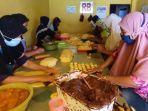 pekerja-sedang-membuat-kue-pia-di-kampung-pia.jpg