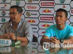 pelatih-persela-lamongan-aji-santoso-bersama-pemain-belakang-eky-taufik-saat-konferensi-pers.jpg