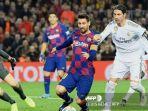pemain-barcelona-sedang-berebut-bola-dengan-pemain-real-madrid.jpg