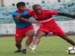 pemain-madura-united-saat-berlatih-di-stadion-gelora-bangkalan-madura.jpg