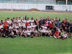 pemain-madura-united-saat-foto-bersama-di-stadion-gelora-bangkalan-sgb.jpg