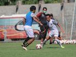 pemain-madura-united-saat-melakukan-latihan-di-stadion-gelora-bangkalan-sgb-madura.jpg