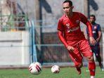 pemain-madura-united-slamet-nurcahyo-saat-mengikuti-latihan-di-stadion-gelora-bangkalan.jpg