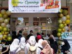 pembeli-antre-di-depan-toko-es-teh-indonesia-cabang-pamekasan.jpg