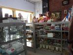 pembeli-jamu-herbal-di-toko-nur-jalan-kabupaten-kabupaten-pamekasan-madura.jpg