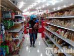 pembeli-saat-berbelanja-di-toko-perintis-sampang.jpg