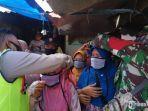 pemberian-masker-kepada-pengunjung-pasar-blumbungan.jpg