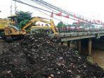 pembersihan-sampah-yang-menumpuk-di-bantaran-sungai-brangkal-sooko.jpg