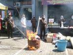 pemusnahan-barang-bukti-di-kantor-kejaksaan-negeri-sumenep-kamis-2522021.jpg
