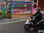 pengendara-sepeda-motor-memakai-jas-hujan.jpg