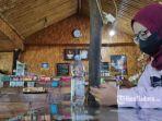 pengunjung-menikmati-kopi-di-warkop-di-surabaya.jpg
