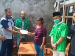 pengurus-pac-gp-ansor-pademawu-bersama-pendamping-desa-komunitas-saat-memberikan-bantuan.jpg