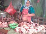 penjual-daging-ayam-di-pasar-kolpajung-pamekasan.jpg