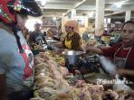 penjual-daging-ayam-di-pasar-srimangunan-sampang.jpg