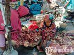 penjual-daging-sapi-di-pasar-tumpah-pamekasan.jpg