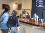 penonton-di-movimax-mall-dinoyo-city-saat-memesan-tiket-bioskop.jpg