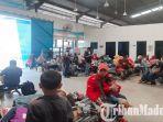 penumpang-asal-pulau-bawean-yang-terlantar-di-ruang-tunggu-terminal-pelabuhan-gresik.jpg