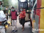 penumpang-bus-disemprot-disinfektan-di-dekat-posko-satgas-pencegahan-covid-19.jpg
