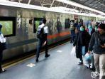 penumpang-turun-dari-ka-turangga-di-stasiun-gubeng-surabaya.jpg