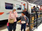 penumpang-turun-di-stasiun-pasar-turi-surabaya.jpg