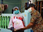 penyaluran-bantuan-paket-sembako-dari-pemkot-untuk-warga-surabaya.jpg