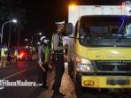 penyekatan-di-wilayah-perbatasan-sampang-bangkalan-862021-semalam.jpg
