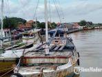 perahu-nelayan-bersandar-dan-pelabuhan-tanglok-kecamatankabupaten-sampang.jpg