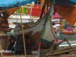perahu-nelayan-milik-warga-pamekasan-yang-sedang-diperbaiki-dan-perahu-nelayan.jpg