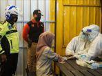 personel-gabungan-tnipolri-satpol-pp-dan-dinas-kesehatan-bangkalan-berpakaian-apd-lengkap.jpg