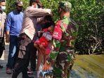personel-polsek-galis-saat-memakaikan-masker-ke-pengunjung-wisata-mangrove-lembung.jpg