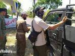 personel-satpol-pp-pamekasan-melakukan-operasi-di-akses-pintu-masuk-ke-kabupaten-pamekasan-madura.jpg