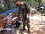 personel-tni-al-komando-armada-ii-koarmada-surabaya-menyebar-brosur.jpg