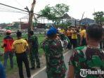 personel-tnipolri-membersihkan-dahan-dahan-pohon-tumbang.jpg