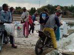 petani-garam-saat-panen-di-desa-aeng-sareh-kecamatankabupaten-sampang.jpg