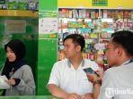 petugas-apotek-saat-melayani-pembeli.jpg