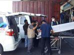 petugas-badan-pelindungan-pekerja-migran-indonesia-menjemput-salah-satu-pmi-ilegal-yang-meninggal.jpg