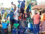 petugas-bpbd-pamekasan-mengirimkan-air-bersih-ke-sejumlah-desa-dan-dusun.jpg